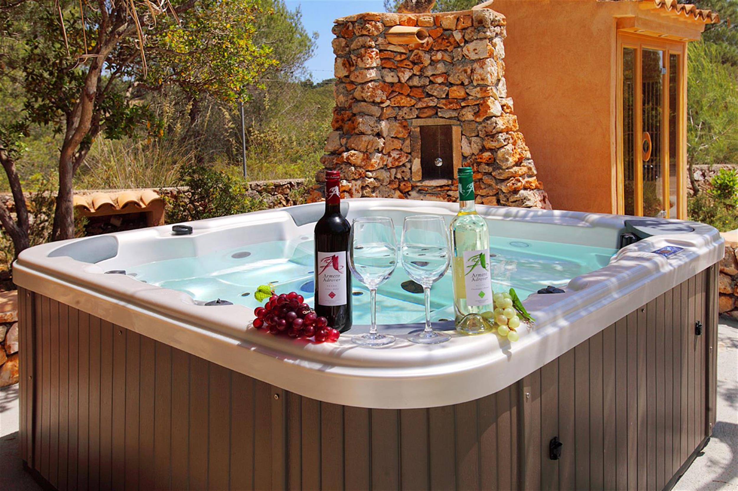 Es Castell Jacuzzi y sauna