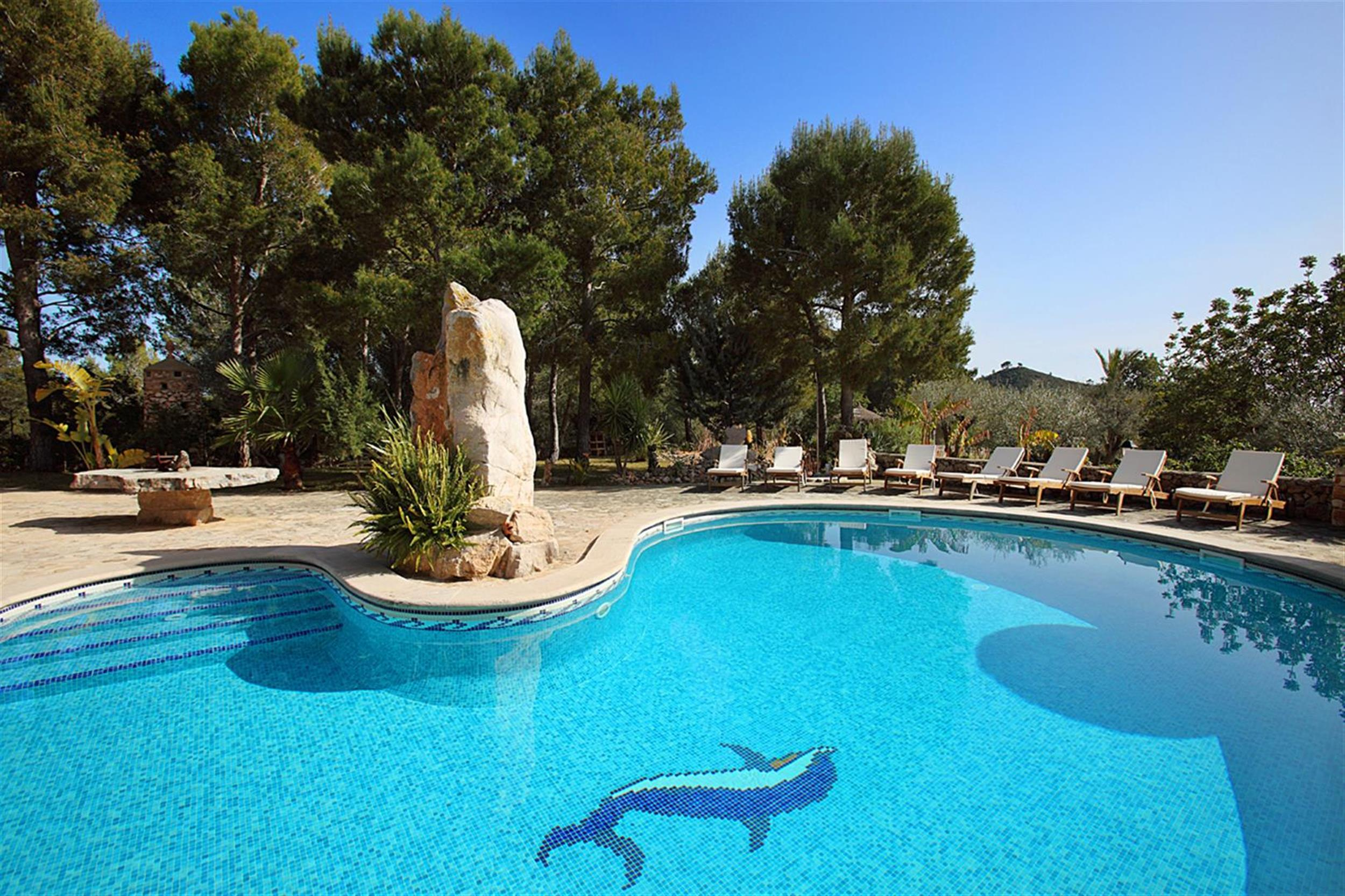 Es castell mallorca vacation villas for Piscina can drago precios 2017
